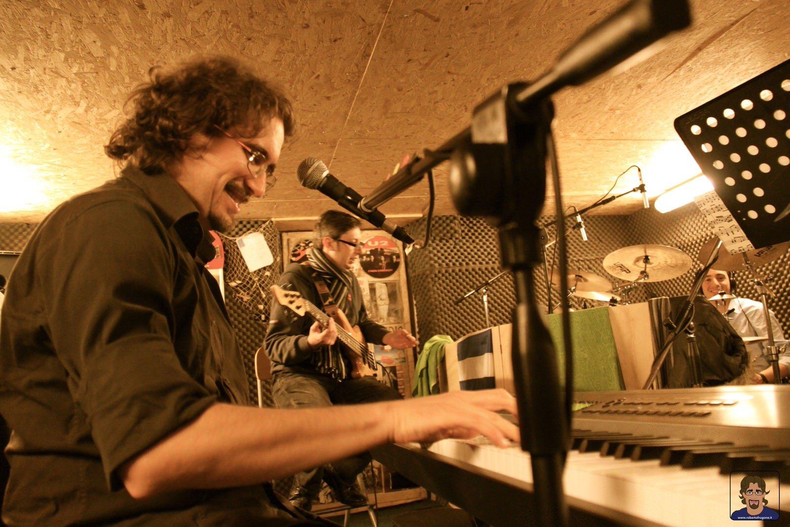 Totem Studio Sala Prove Musicali Casarza Ligure Roberto Frugone Roland RD700