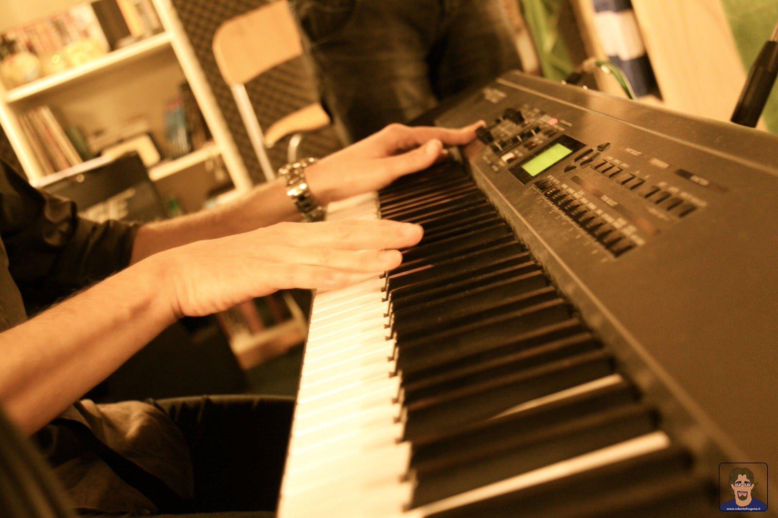 Totem Studio Sala Prove Musicali Casarza Ligure Roberto Frugone Roland tastiera RD700