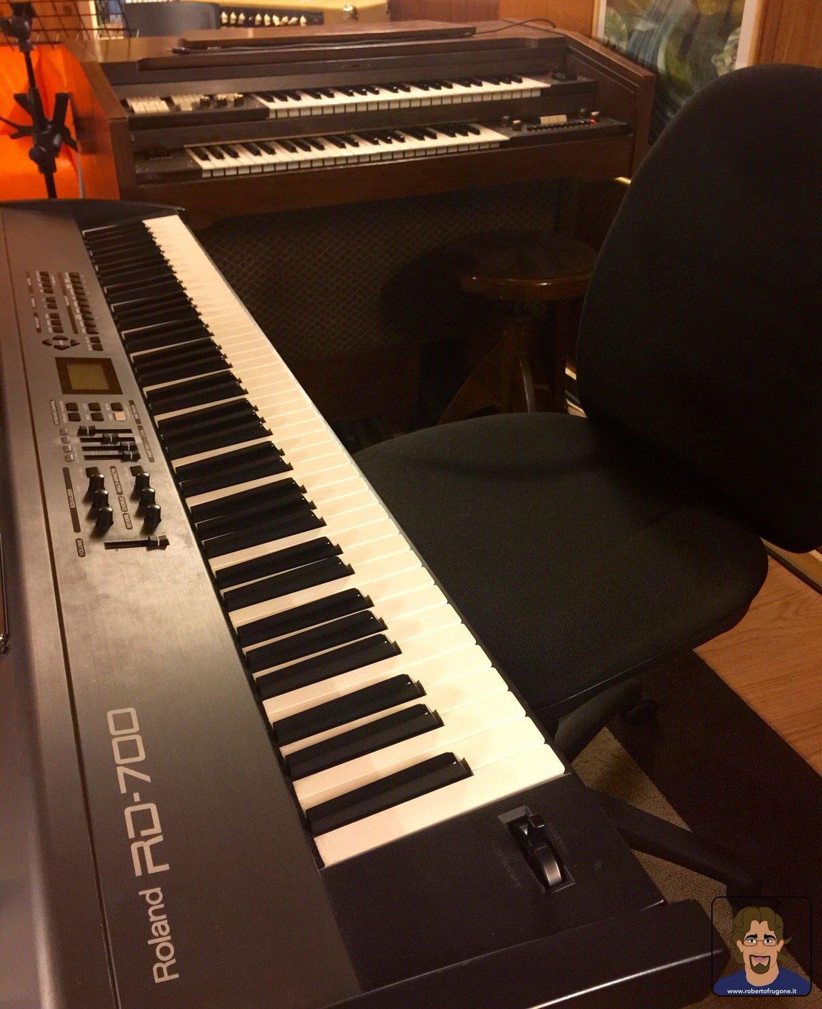 Totem Studio Sala Prove Musicali Casarza Ligure Roland RD700 e organo hammond Farfisa