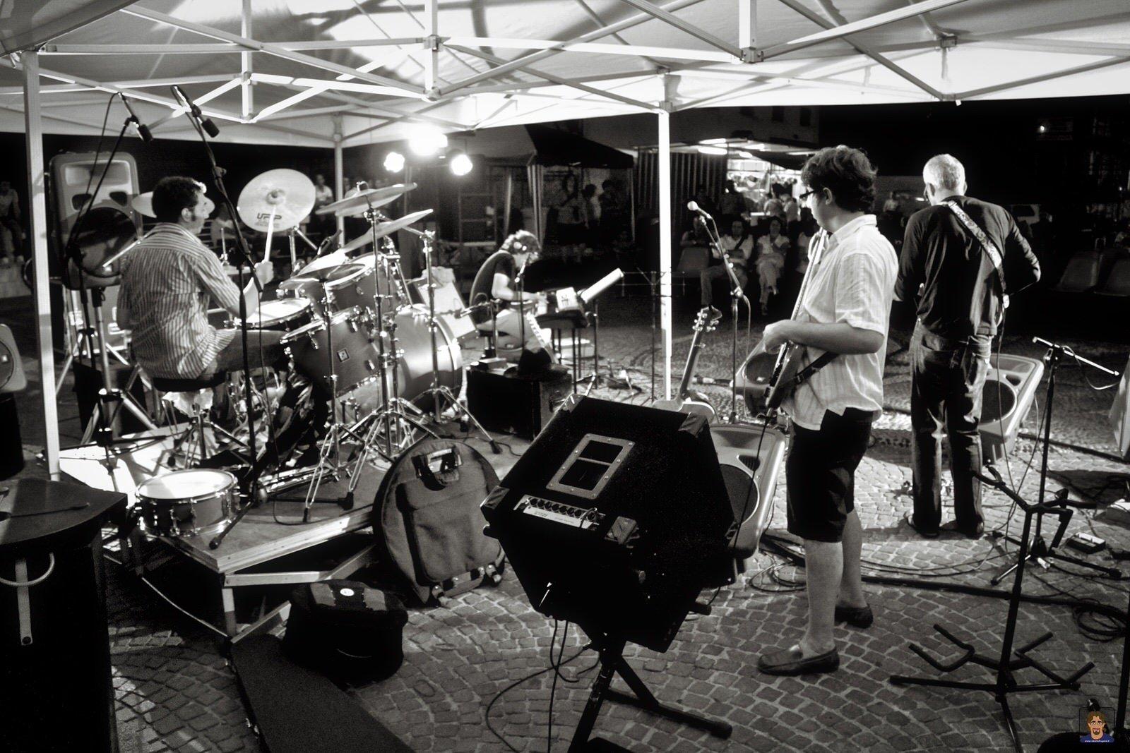 Roberto Frugone Band cantautore live concerto Chiavari Piazza Pescatori 03