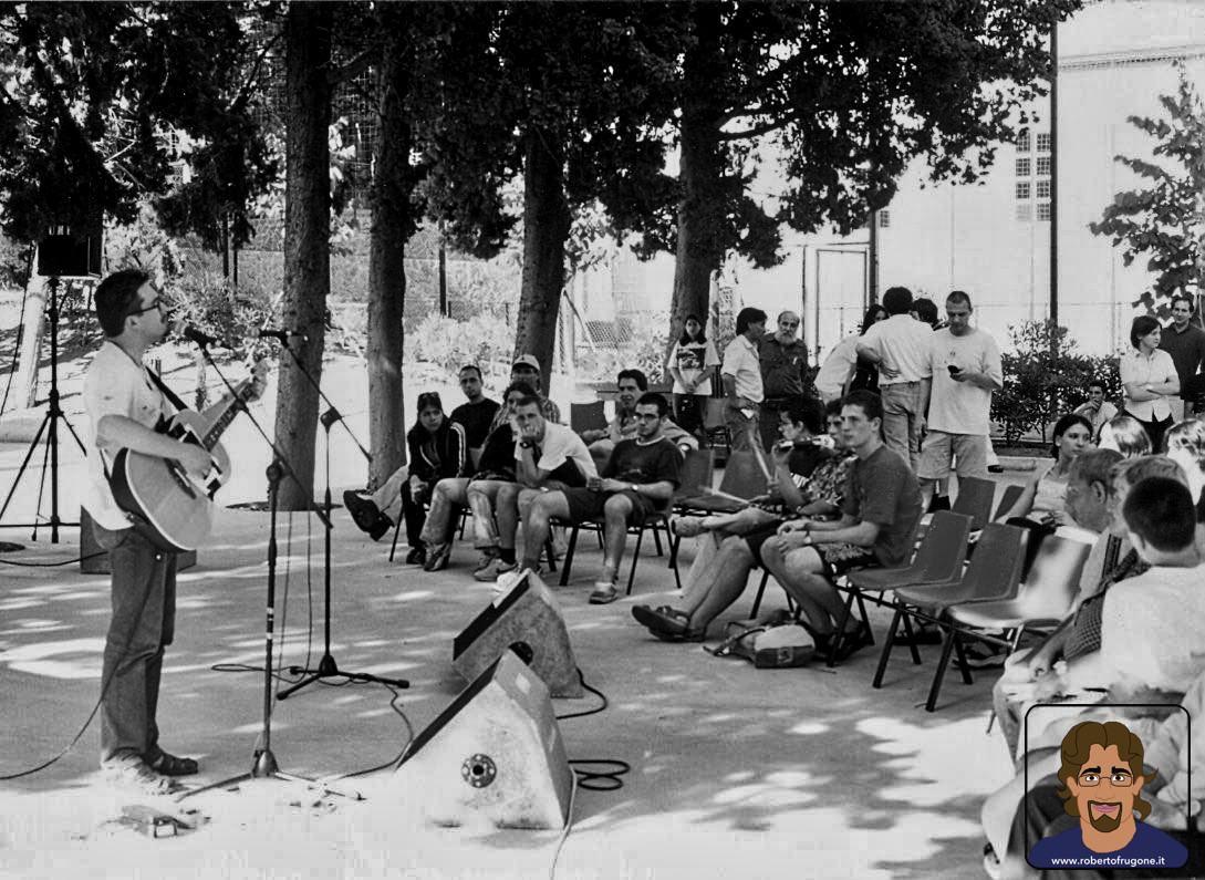 Roberto Frugone cantautore live concerto Chiavari Centro Acquarone