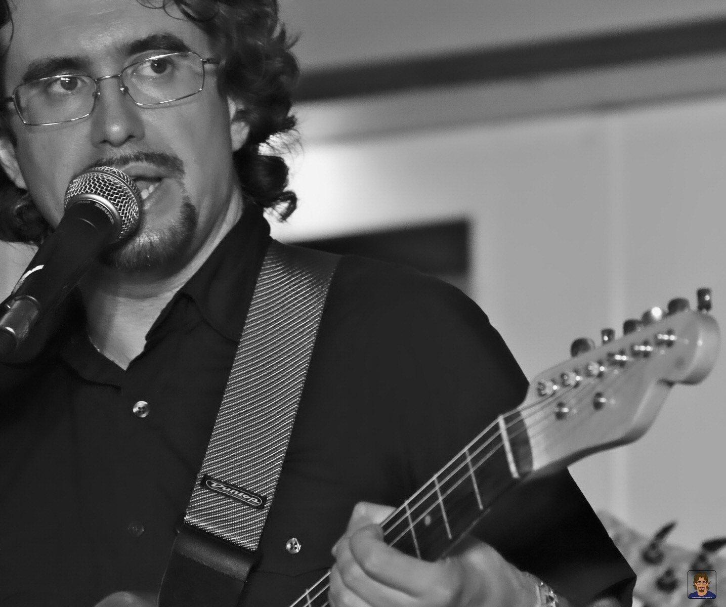 Roberto Frugone cantautore live concerto Lavagna