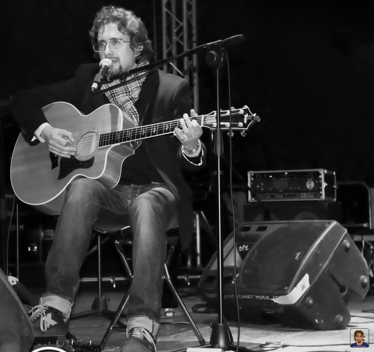Roberto Frugone cantautore live concerto acoustic guitar Altremura Festival Altamura