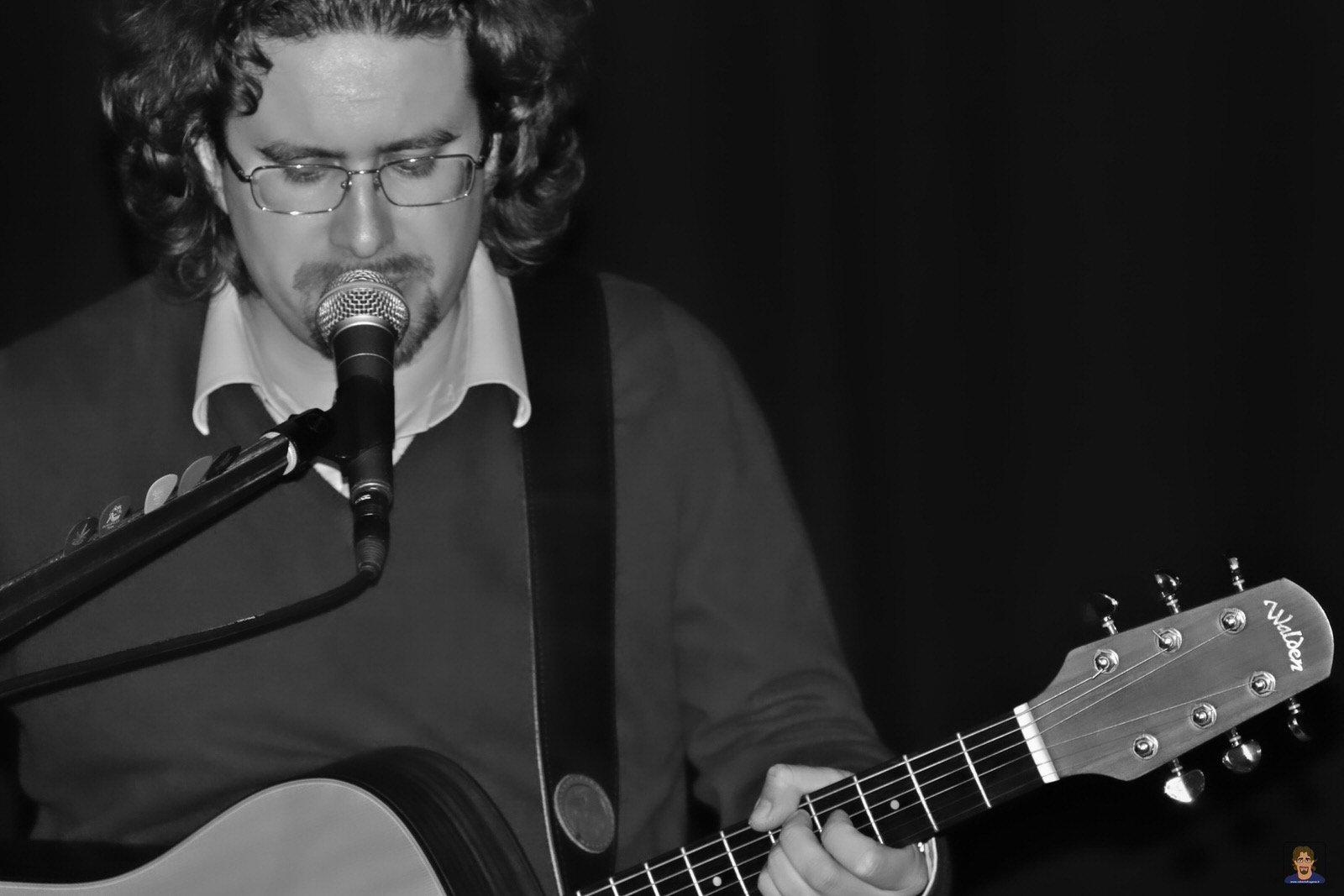 Roberto Frugone cantautore live concerto acustico Padova 02