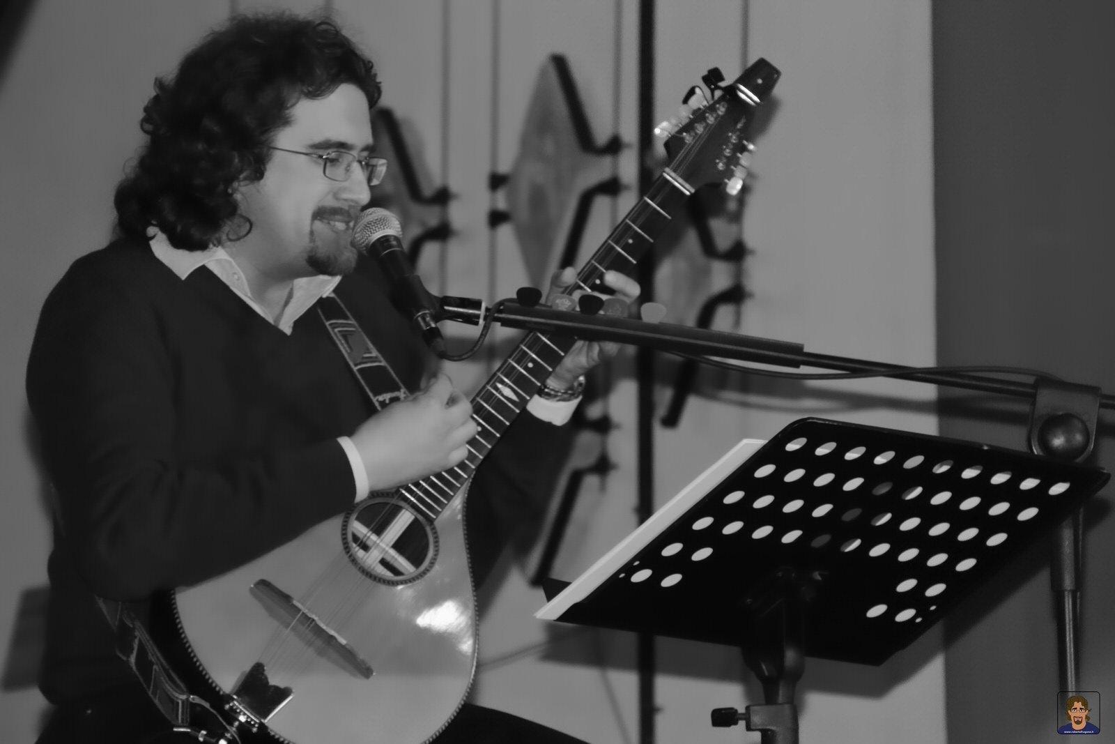 Roberto Frugone cantautore live concerto acustico bouzouki Genova Museo Sant'Agostino