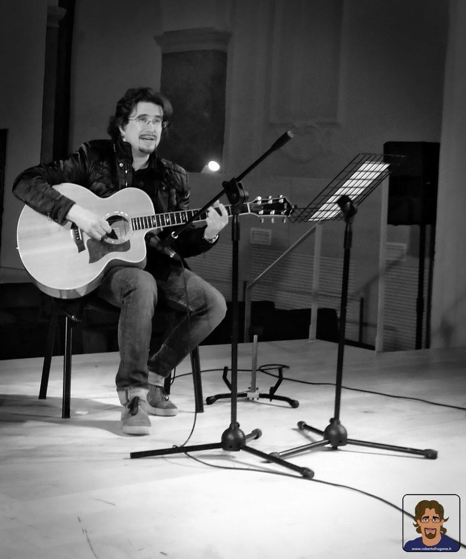 Roberto Frugone cantautore live concerto chitarra Auditorium Chiavari