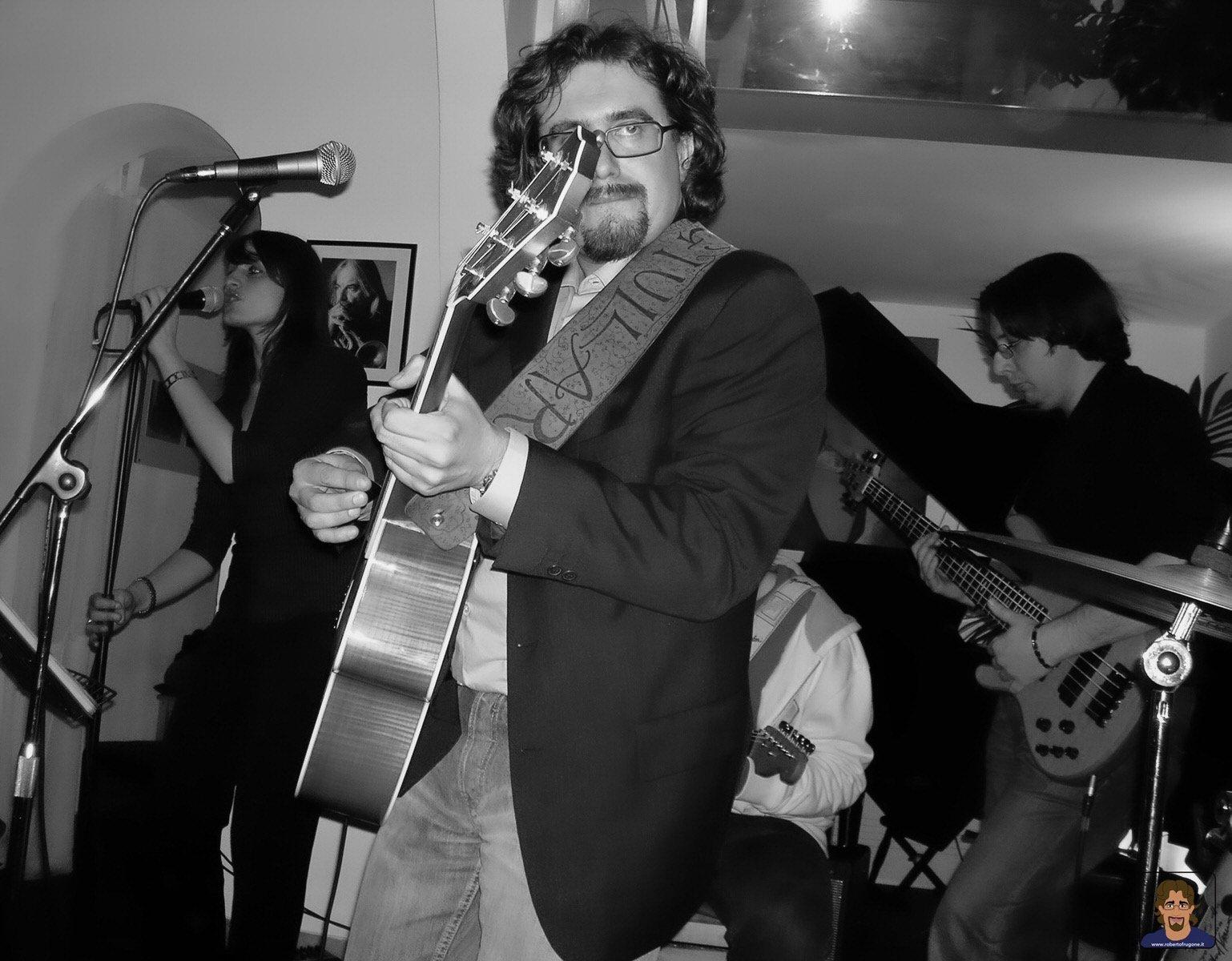 Roberto Frugone cantautore live concerto chitarra Genova Borgo Club