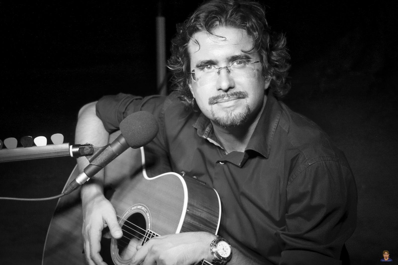 Roberto Frugone cantautore live concerto flk guitar Taylor 612-CE Cairo Montenotte