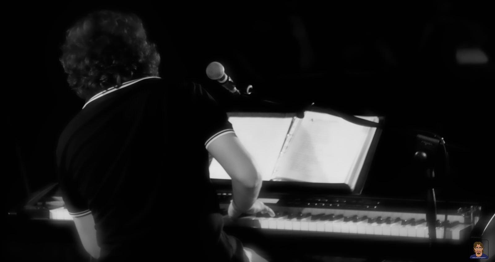 Roberto Frugone cantautore live concerto pianoforte Chiavari Piazza Pescatori