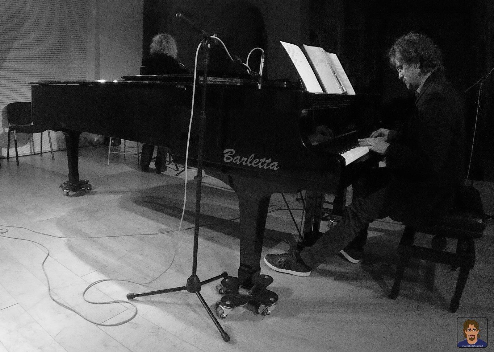 Roberto Frugone cantautore live concerto pianoforte reading Elena Bono Auditorium Chiavari 01