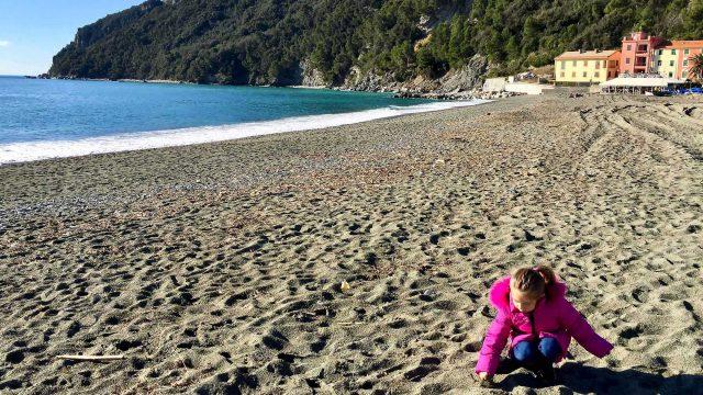 Viola sulla spiaggia di Riva Trigoso in inverno